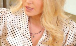 нежная блонда показывает свою красоту