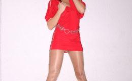 сексуальная брюнетка демонстрирует своё платье