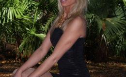 Нежная блонда возбуждает своим сексуальным нарядом и колготками