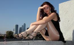 секси девочка демонстрирует свои ножки