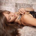 горячая шатенка демонстрирует свою красоту в черных чулочках http://sporn.xyz