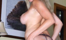 сексуальная девушка показывает свою нежность