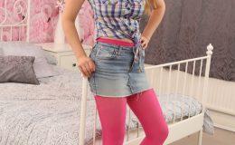 Девушка в розовых колготках